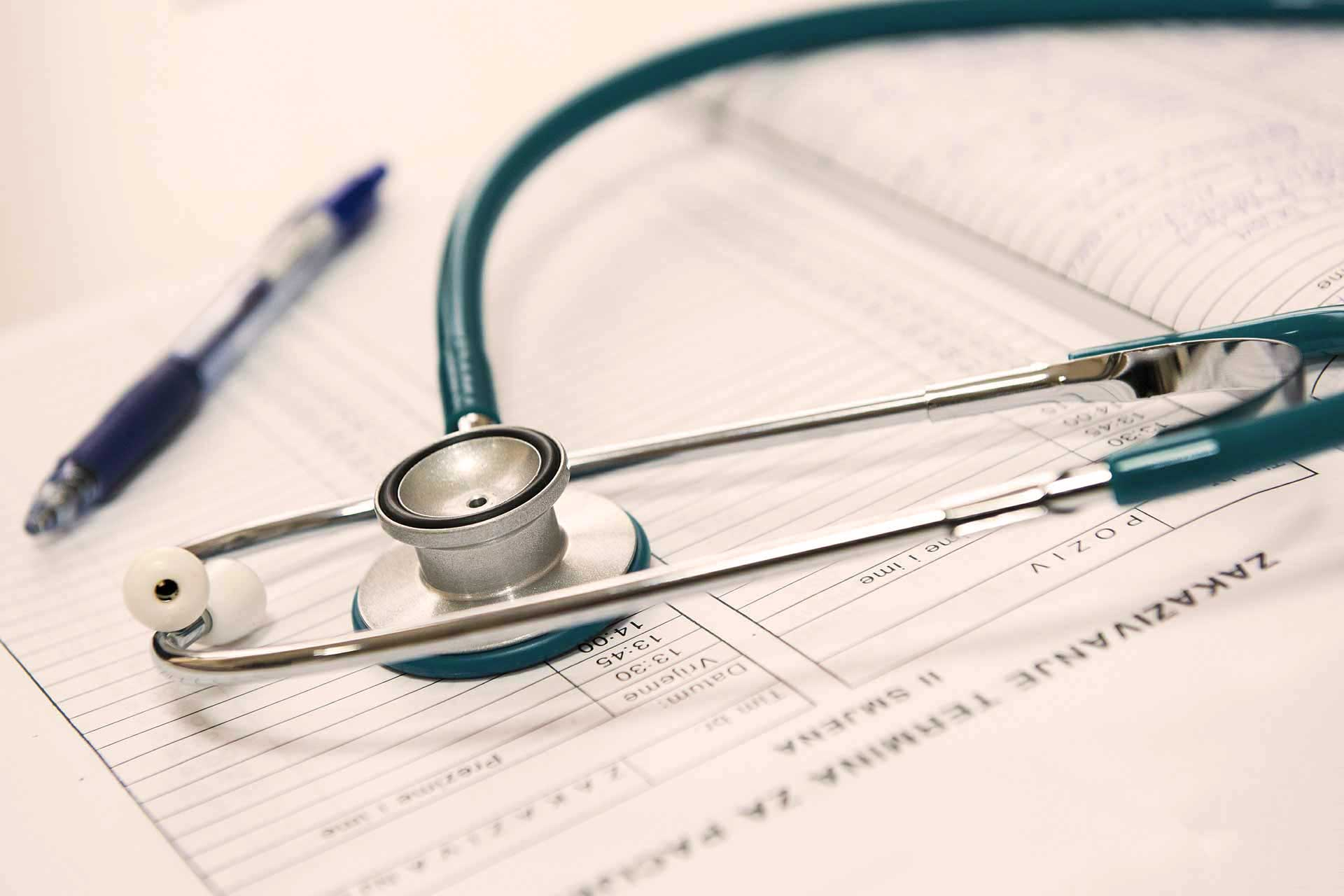 Stetoskop auf einem Praxisplan