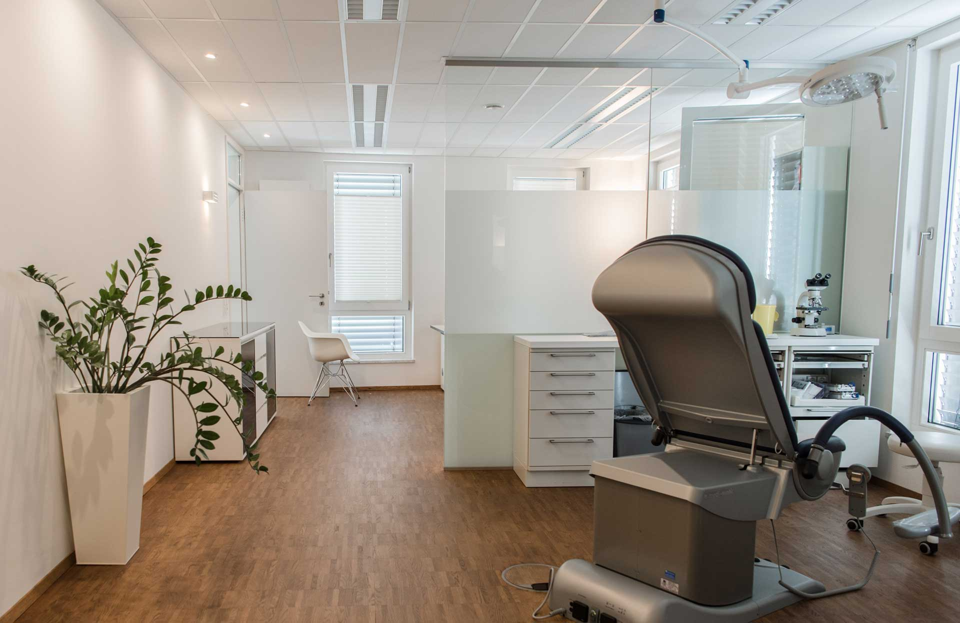Praxis Dr. Frommlet mit Behandlungsstuhl und Schreibtisch